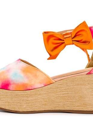 Sandália anabela aberta salto médio tie dye laranja detalhe laço