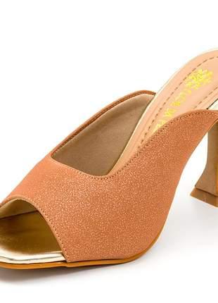 Sandália social bico quadrado aberta nude dourado salto fino taça