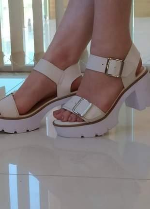 Sandálias tratoradas fivela