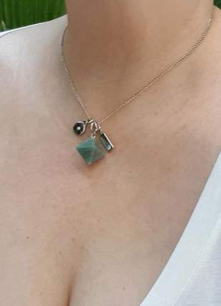 Colar curto com pingente de pedra natural de quartzo verde octaedro