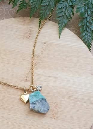 Colar dourado com pingente de esmeralda bruta