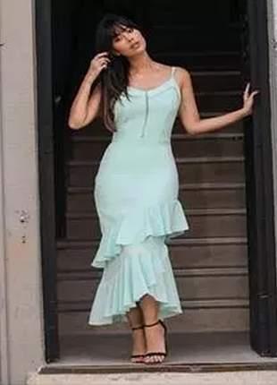 Vestido confeccionado em crepe comprimento midi e barra de babado.