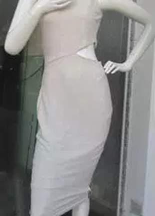 Vestido midi de uma alça com listras laterais e abertura na cintura.
