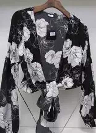 Cropped floral com detalhe de laço, tecido leve.
