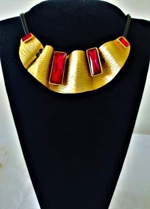 Colar couro duplo placas douradas pedra vermelha