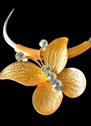 Colar couro prateado borboleta dourada pedra brilho