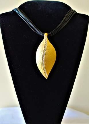 Colar couro pingente folha dourada pedras brilhos
