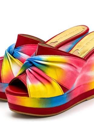 Sandália anabela tamanco em nó vermelho e tie dye colorido salto plataforma