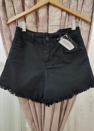 Shorts jeans preto barra desfiada