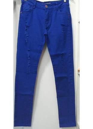 Calça jeans azul modelo destroyed
