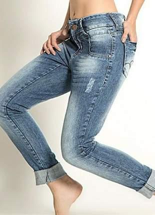 Calça jeans lavagem média detalhes rasgadinhos