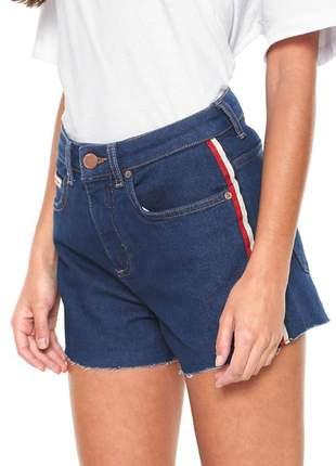 Shorts jeans plus size de sarja com listras coloridas nas laterais