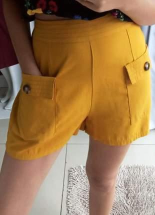 Shorts amarelo com bolsos na frente