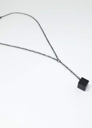 Colar delicado com pingente de cristal de ágata negra