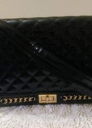 Bolsa de verniz preta transversal, detalhe dourado