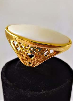 Anel dourado pedra branca ovalada