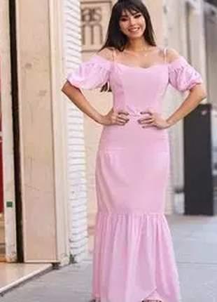 Vestido longo confeccionado em crepe com modelagem ciganinha e detalhes de bico.