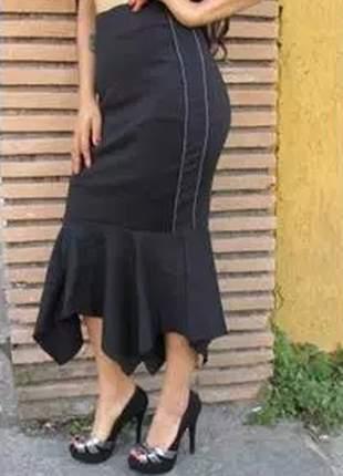 Saia midi tecido forrado, com cós alto, detalhe de costura e barra de babado.