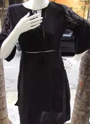 Vestido acinturado com manga de renda e detalhe no pescoço.