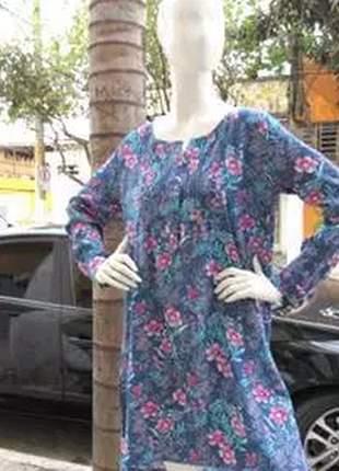 Vestido floral estampado com detalhe de botão.