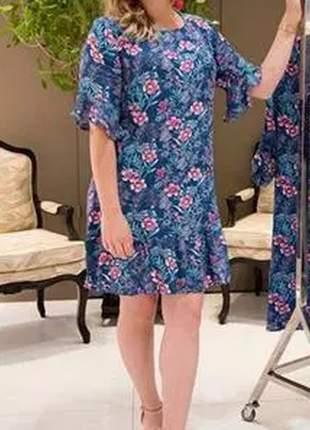 Vestido com estampa floral e detalhe na barra.