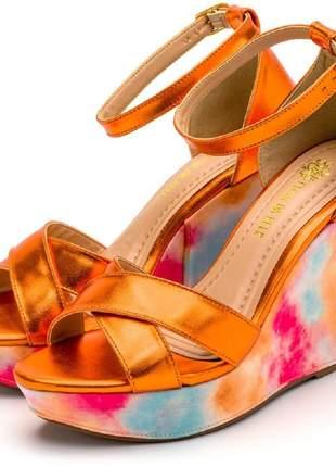 Sandália anabela aberta salto alto em laranja metalizada e detalhes em tiedye