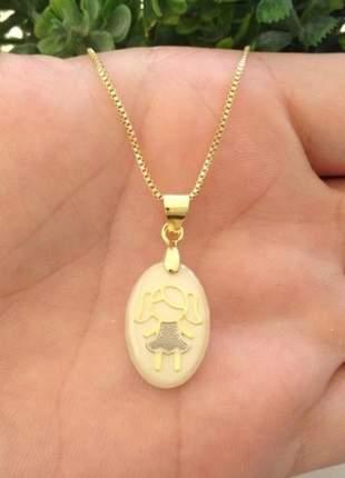 Gargantilha pingente de menina resina banhado a ouro