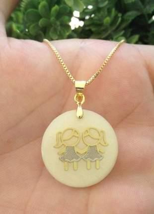 Gargantilha pingente duas meninas/dois meninos resina banhado a ouro