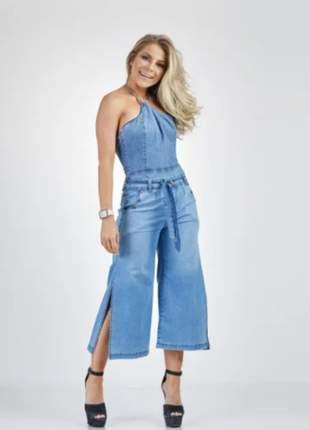 Calça jeans pantacourt com fenda e amarração feminina
