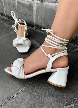 Sandalia salto bloco baixo branca trança puff de amarrar moda lançamento