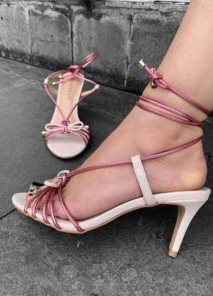 Sandalia salto fino baixo cordinha de amarrar rosa metal laço lançamento