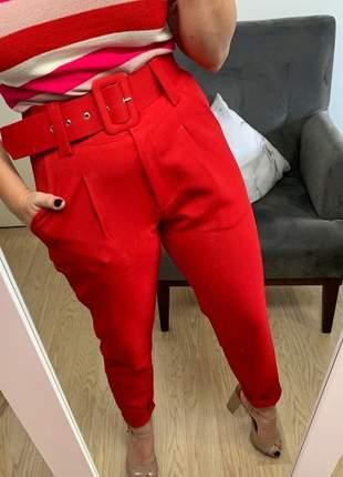 Calça social feminina alfaiataria com cinto encapado forrado vermelho