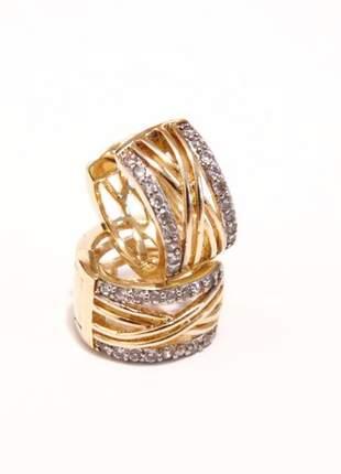 Brinco de argola com banho de ouro com micro zircônias e detalhes em ouro branco