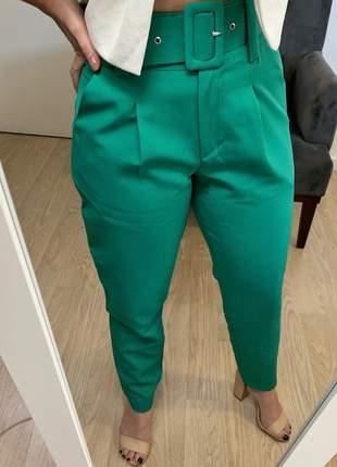 Calça social feminina alfaiataria com cinto encapado forrado verde bandeira
