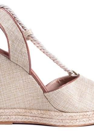 Sandália anabela material napa caramelo e tecido bege;