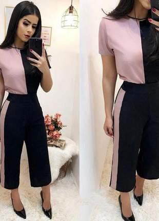 Conjunto calça pantacourt e blusa bicolor, desenvolvido em crepe dior.