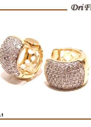 Brinco de argola com micro zircônias com banho de ouro e detalhes em ouro branco