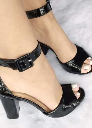 Sandalia preta salto bloco grosso quadrado verniz tiras