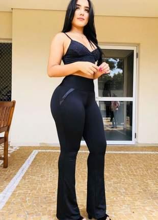 Calça flare social modeladora lisa, cor preto bolso fake