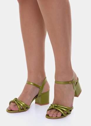 Sandália metalizada verde salto médio