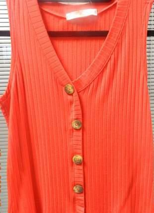 Regata feminina canelada com botões e decote v.