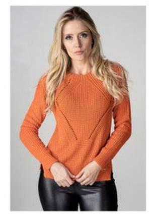 Suéter confeccionado em tricot na cor laranja.