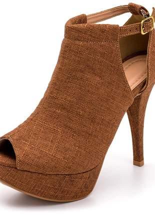 Sandália fechada meia pata salto alto fino linho caramelo