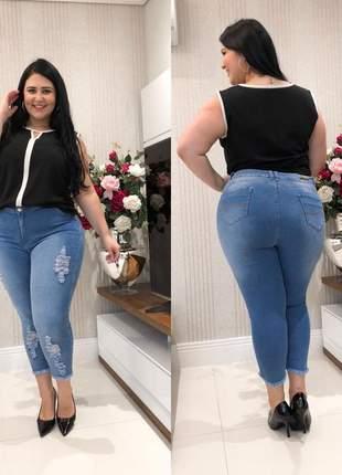Calça jeans capri clara plus size destroyed