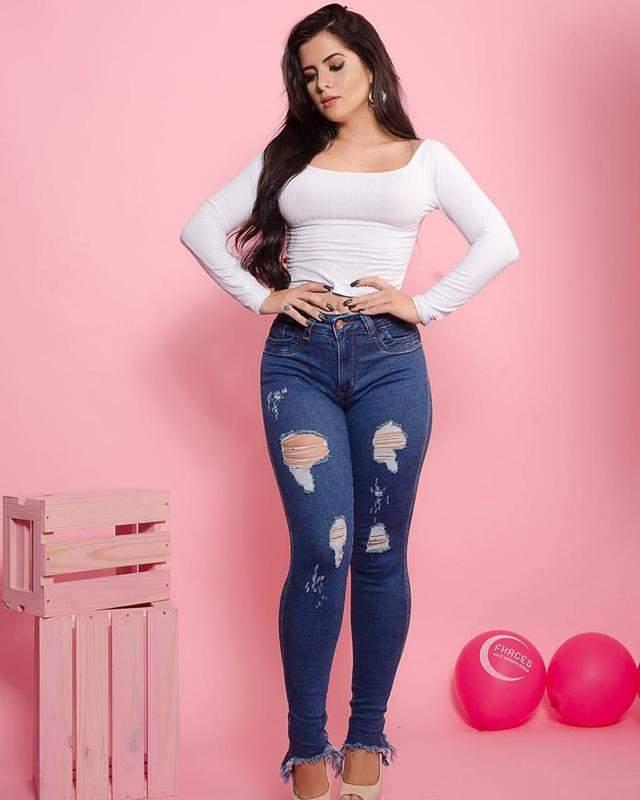 e23264bb6 Calças jeans feminina cintura alta barra desfiada e rasgada - R ...