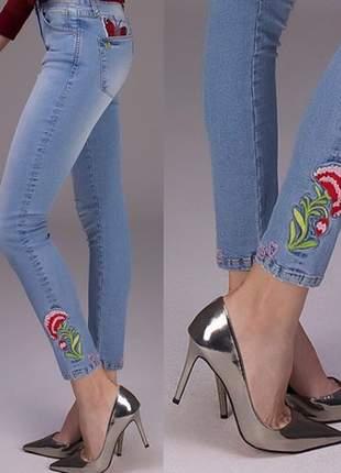 Calça feminina jeanseria cos alto bordada jeans