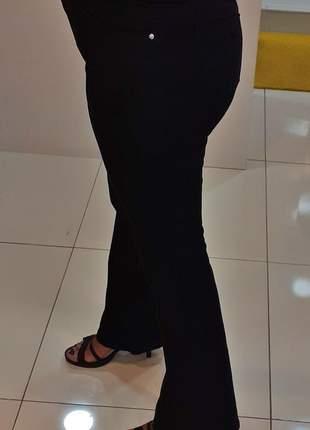 Calça flare, cintura alta, sarja preto, com nervura na frente, vista com ziper
