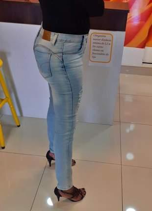 Calça skinny cintura alta jeans azul destroyed vista com botões