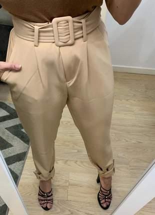 Calça de alfaiataria cintura alta de cinto social com botão bege
