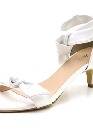Sandália social branca tira laço salto fino baixo amarrar na perna
